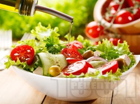 Зелена салата с чери домати, краставици, червен лук и маслини - снимка на рецептата